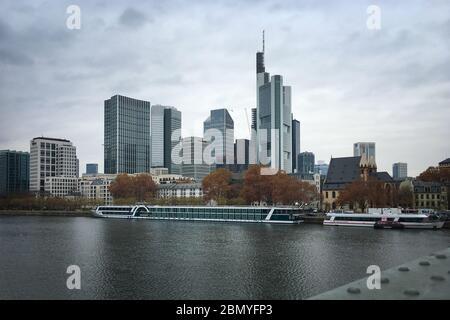 Francfort-sur-le-main, Allemagne - 26 novembre 2018 : paysage urbain avec plusieurs bâtiments bancaires tels que la Commerzbank et le main contre ciel Banque D'Images