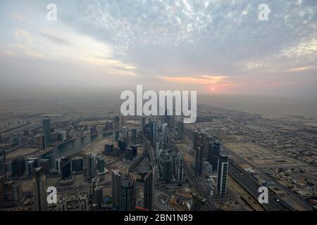 Dubaï, Émirats arabes unis - le 19 novembre 2019: la ville de Dubaï en high angle view avec des gratte-ciel au coucher du soleil vu de Burj Khalifa