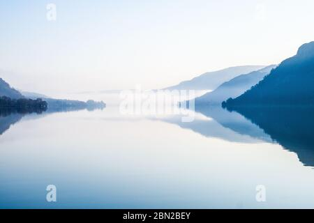 Un matin tranquille sur Ullswater dans le parc national de Lake District, Cumbria, Royaume-Uni Banque D'Images