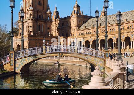 Séville, Espagne: 23 décembre 2019: Les touristes vont en bateau à rames autour de l'eau du fleuve Guadalquivir sur la place Plaza de Espana. Journée ensoleillée, Séville, Espagne