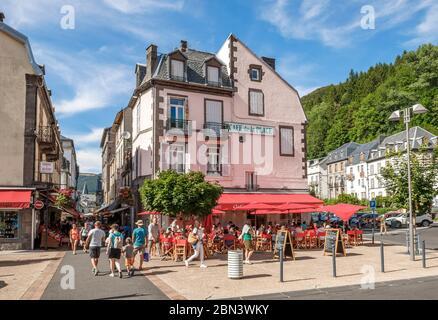 France, Puy de Dome, Parc naturel régional des Volcans d'Auvergne, Mont Dore, terrasse, place de la République // France, Puy-de-Dôme (63), Parc nat