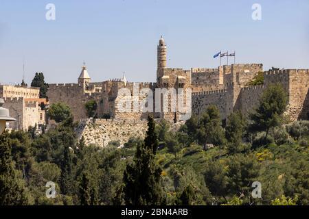 Jérusalem, Israël - 5 mai 2020 : la vieille ville des murs de Jérusalem avec la tour de David et les drapeaux d'Israël et de la ville de Jérusalem.