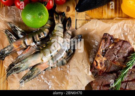 Crevettes tigrées fraîches et crues sur la table du jardin. Concept surf et gazon Banque D'Images