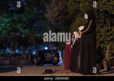 Jérusalem, ISRAËL, 12 mai 2020: VIDÉO PAS DE SON. Des femmes musulmanes palestiniennes adorantes qui effectuent la prière de Taraweeh pendant le mois sacré du Ramadan devant le complexe fermé de la mosquée al-Aqsa dans la vieille ville de Jérusalem, dans le contexte de la pandémie COVID-19, le 12 mai 2020. La mosquée Al-Aqsa, située sur la place du Mont du Temple à Jérusalem, a été fermée il y a 51 jours par le Waqf, l'organisme religieux qui gère les lieux saints musulmans de la ville sainte, une mesure exceptionnelle visant à enrayer la pandémie du coronavirus. Crédit : Eddie Gerald / Alay Live News Banque D'Images