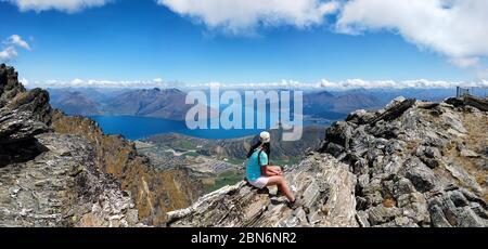 Le randonneur est situé sur les rochers de la chaîne de montagnes des Remarque, Queenstown, Otago, South Island, Nouvelle-Zélande, Océanie. Banque D'Images