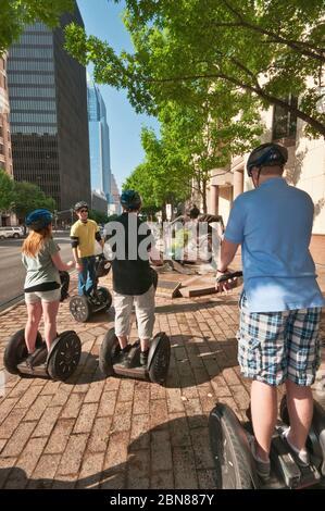 Touristes sur Segway PT deux transporteurs personnels à roues à la sculpture d'Angelina Eberly tirant un canon, Congress Avenue, Downtown Austin, Texas, États-Unis Banque D'Images
