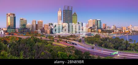 Perth. Image panoramique de la ville de Perth, Australie, au crépuscule de l'heure bleue. Banque D'Images