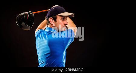 Portrait d'un joueur de golf perfectionnant l'oscillation isolée sur fond sombre, image de bannière Banque D'Images