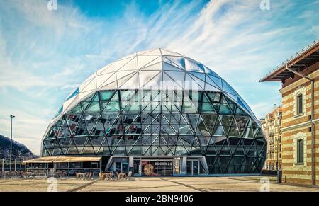 """Budapest, Hongrie, mars 2020 vue sur Balna ou la """"Baleine de verre"""" un bâtiment moderne offrant des boutiques, des restaurants, des cafés... au bord du Danube Banque D'Images"""