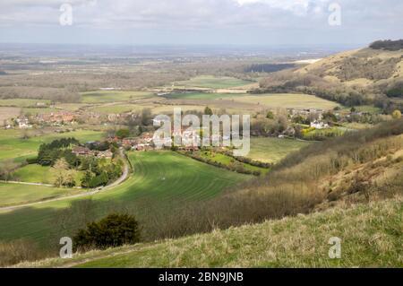 Paysage autour du village de Poyings au début du printemps, depuis un sentier haut sur les South Downs près de Devil's Dyke, West Sussex, Angleterre. Banque D'Images