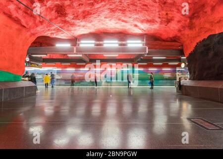 Station de métro Solna Centrum à Stockholm avec des gens
