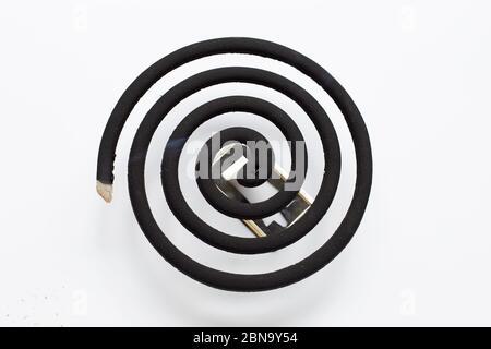 Bobine anti-moustiques en spirale noire sur fond blanc. Copier l'espace Banque D'Images
