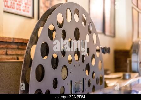 Ancien projecteur de cinéma. Un ancien caméscope dans un musée. Il est utilisé avec un film rétro. Mais le corps est un design classique. Le cinéma vintage Banque D'Images
