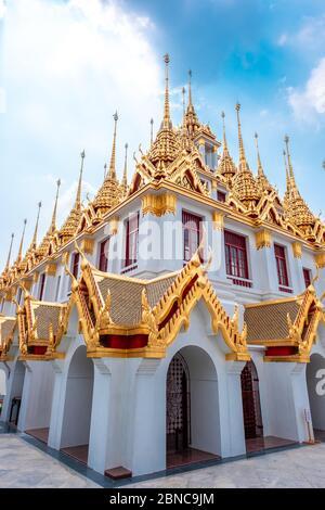 Nom de ce temple ' Loha Prasat ' et le temple connu sous le nom de ' Wat Ratchanatdaram ' dans les populations locales Banque D'Images