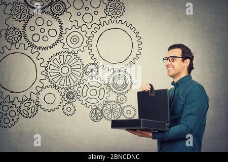 Le porte-documents d'homme d'affaires présente un mécanisme de travail parfait car les roues dentées connectées ensemble différentes agissent comme un système entier sortant de la boîte. JE Banque D'Images