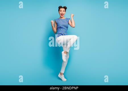 Pleine photo de folle dame bonne humeur célébrant les vacances d'été début hausser poings porter chemisier pointillées blanc pantalons chaussures isolées