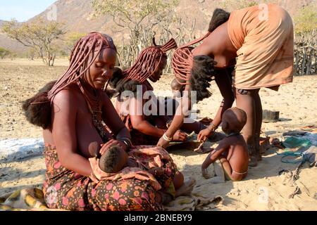 Femmes et enfants Himba, vallée de Marienfluss, désert de Kaokoland, Namibie. Octobre 2015