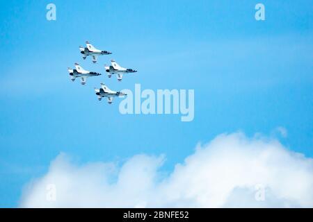 Sioux Falls, SD, USA 17 août 2019 spectacle aérien avec la F16C de l'US Air Force F16C combat les faucons, les Thunderbirds dans un ciel bleu avec espace de copie