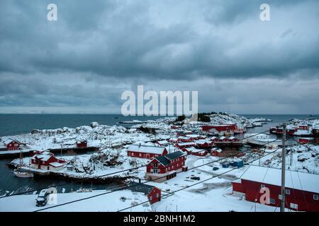 Journée d'hiver avec ciel bleu nuageux dans un petit village. Îles Lofoten, Norvège