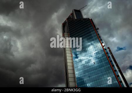 Un nettoyant colombien travaille à l'extérieur de l'immeuble de la tour nord d'Atrio avant la tempête à Bogotá, en Colombie. Banque D'Images