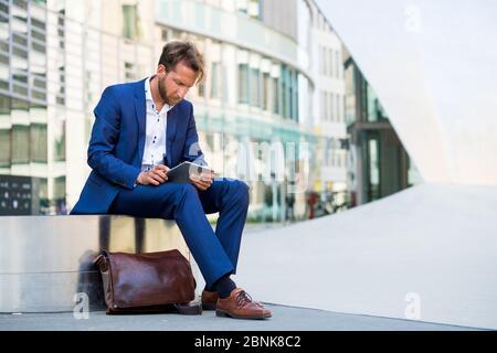 Homme travaillant à l'extérieur à Francfort-sur-le-main, en Allemagne Banque D'Images