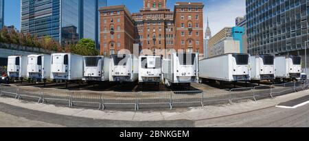 Les camions réfrigérés garés au bureau des médecins légistes de New York derrière l'hôpital Bellevue pour le nombre impressionnant de décès