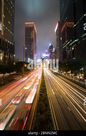 Hong Kong, circulation dans Central Island la nuit, exposition longue Banque D'Images