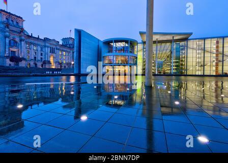Vue sur la Spree, Reichstag, Paul-Löbe-Haus, pluie, réflexion, heure bleue, Bundestag, quartier du gouvernement, Berlin, Allemagne