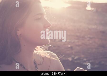 Magnifique jeune fille caucasienne dans les couleurs millésimes ensoleillées portrait - modèle de beauté caucasienne femme avec le soleil en contre-jour et en arrière-plan - activité de loisirs en plein air dame Banque D'Images