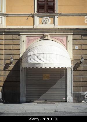 Cremona, Lombardie Italie, mai 2020 - bar fermé café bar bar, volets vers le bas, pour l'épidémie de coroonavirus