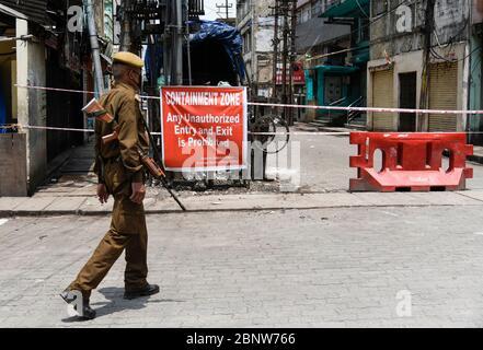 Guwahati, Inde. 16 mai 2020. Le personnel de sécurité se trouve à l'extérieur d'une zone de confinement de la zone de fantaisie de Bazar, pendant le confinement en cours de la COVID-19, à Guwahati, Assam, Inde, le samedi 16 mai 2020. Crédit : David Talukdar/Alay Live News Banque D'Images