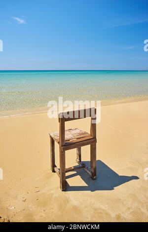 Ancienne chaise longue en bois sur une plage déserte Banque D'Images