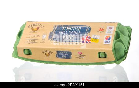 Une boîte de 12 œufs britanniques de gamme libre provenant de fermes de Merevale isolées sur fond blanc. Banque D'Images