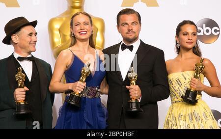 Pouvez-vous citer la célébrité manquante de cette image des OSCARS avec leurs récompenses de 2016 ? Voici un indice : il a joué le tristement célèbre Jordan Belfort dans le film à succès de Martin Scorsese de 2013, « le Loup de Wall Street ». RÉPONSE : 88e prix annuel de l'Académie Leonardo DiCaprio (Oscars) au Loews Hollywood Hotel - arrivées avec : Mark Rylance, Brie Larson, Leonardo DiCaprio, Alicia Vikander où : Los Angeles, Californie, États-Unis quand : 28 févr. 2016 crédit : Brian to/WENN.com avec : Mark Rylance, Brie Larson, Leonardo DiCaprio, Vicia où : Alicia Vikander où : Los Angeles, Californie, États-Unis Whe Banque D'Images