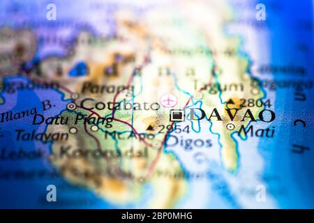 Faible profondeur de champ accent sur la carte géographique de la ville de Davao à Mindanao Philippines continent asiatique sur atlas Banque D'Images