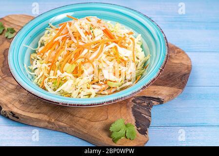 Salade de légumes frais au chou et carotte Banque D'Images