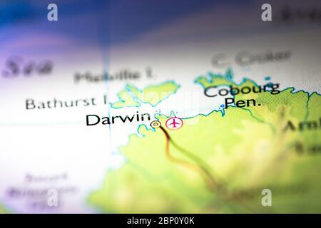 Faible profondeur de champ accent sur la carte géographique emplacement de la ville de Darwin en Australie Australasie continent sur atlas Banque D'Images