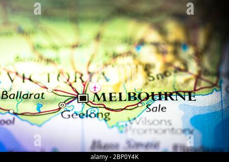 Faible profondeur de champ accent sur la carte géographique de la ville de Melbourne en Australie Australasie continent sur atlas Banque D'Images