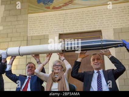 Explorer 1 60e anniversaire Michael Watkins, directeur du Jet propulsion Laboratory de la NASA, à gauche, Susan Finley, qui a commencé à travailler au Jet propulsion Laboratory de la NASA en janvier 1958 comme un centre « d'ordinateur humain », Et Thomas Zurbuchen, Administrateur associé de la Direction des missions scientifiques de la NASA, à droite, repromulgue la célèbre photo du Dr William H. Pickering, du Dr James A. van Allen, Et le Dr. Wernher von Braun, hissant un modèle de l'explorateur 1 au-dessus de leurs têtes lors d'une conférence de presse annonçant le succès du satellite avec une réplique du satellite Explorer 1 lors d'un événement célébrant Banque D'Images