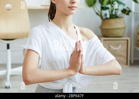 Portrait court de jeune femme contemporaine faisant du yoga à la maison en position lotus, espace de copie Banque D'Images