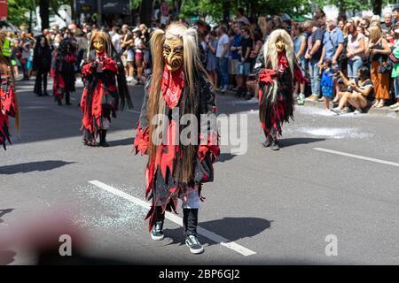 BERLIN - 09 JUIN 2019 : le Carnaval annuel des cultures (Karneval der Kulturen) a été célébré autour du week-end de la Pentecôte. Les participants sont en fête dans la rue. Banque D'Images