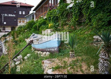NESSEBAR, Bulgarie - 22 juin 2019: ancien bateau en bois comme décoration sur les rues de la ville de bord de mer.