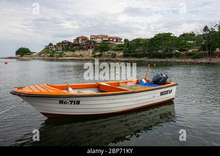 NESSEBAR, Bulgarie - 22 juin 2019: bateau à moteur dans la baie.