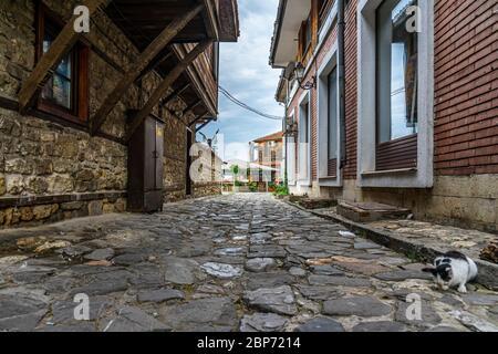 NESSEBAR, Bulgarie - 22 juin 2019: Belle et ruelle de l'ancienne ville de bord de mer. Rues désertes en début de matinée.
