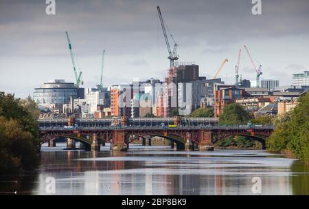 Vue vers le centre-ville de Glasgow en regardant le long de la rivière Clyde.