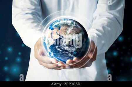 Homme d'affaires tenant main multinationale hologramme globe concept pour la responsabilité de la carte mondiale, connexion de réseau Internet de cloud, international info tech