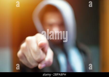 Anonyme et sans visage homme sous le hoodie pointant le doigt sur caméra isolé - incognito et mystérieux criminel sur les activités d'Internet concept.