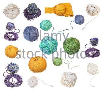 Pelote de laine mélange jaune verdâtre avec queue déroulée isolé sur fond blanc Banque D'Images