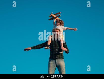 Père et son jeune fils jouant dehors. Réussite et concept de leader enfant. Garçon rêve de devenir pilote