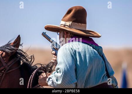 Cowboy sur cheval, monté d'une compétition de tir, fin du sentier du Jubilé de l'Ouest sauvage, Edgewood, Nouveau Mexique USA Banque D'Images